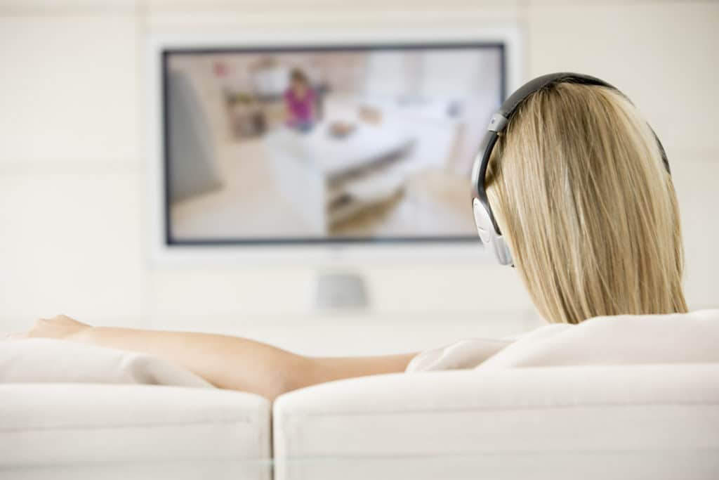 Playing sound through internal TV speakers and headphones simultaneously